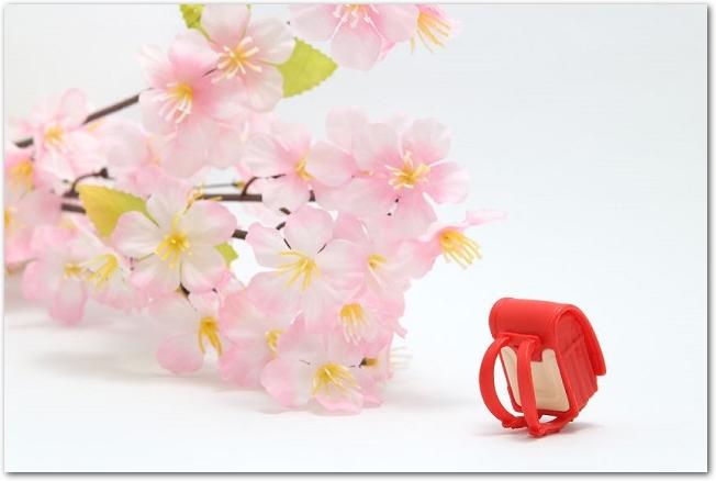 桜の花と赤いランドセルの模型が置いてある様子