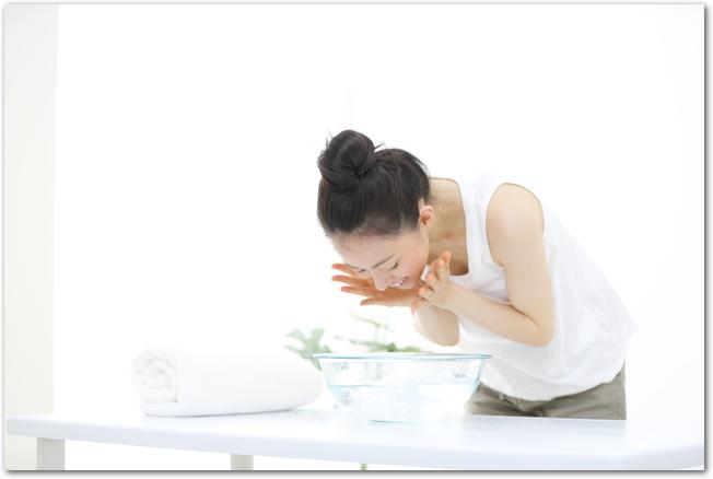 洗顔している若い女性