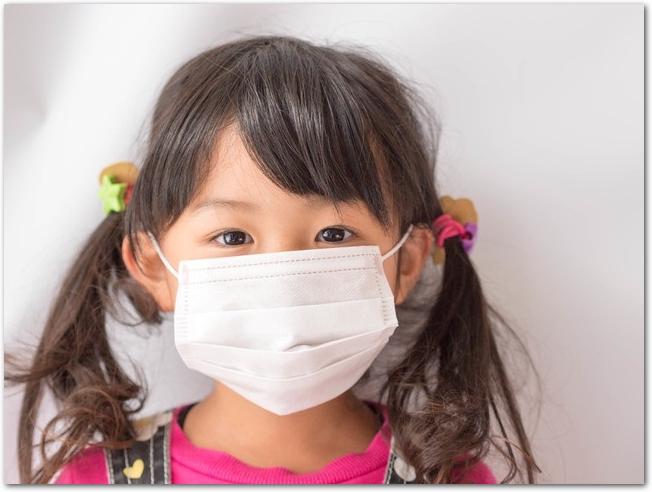 マスクをする小さな女の子
