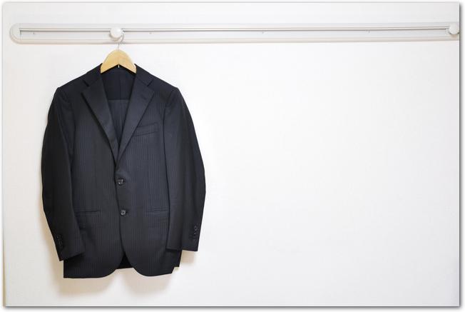 壁にかけたスーツ